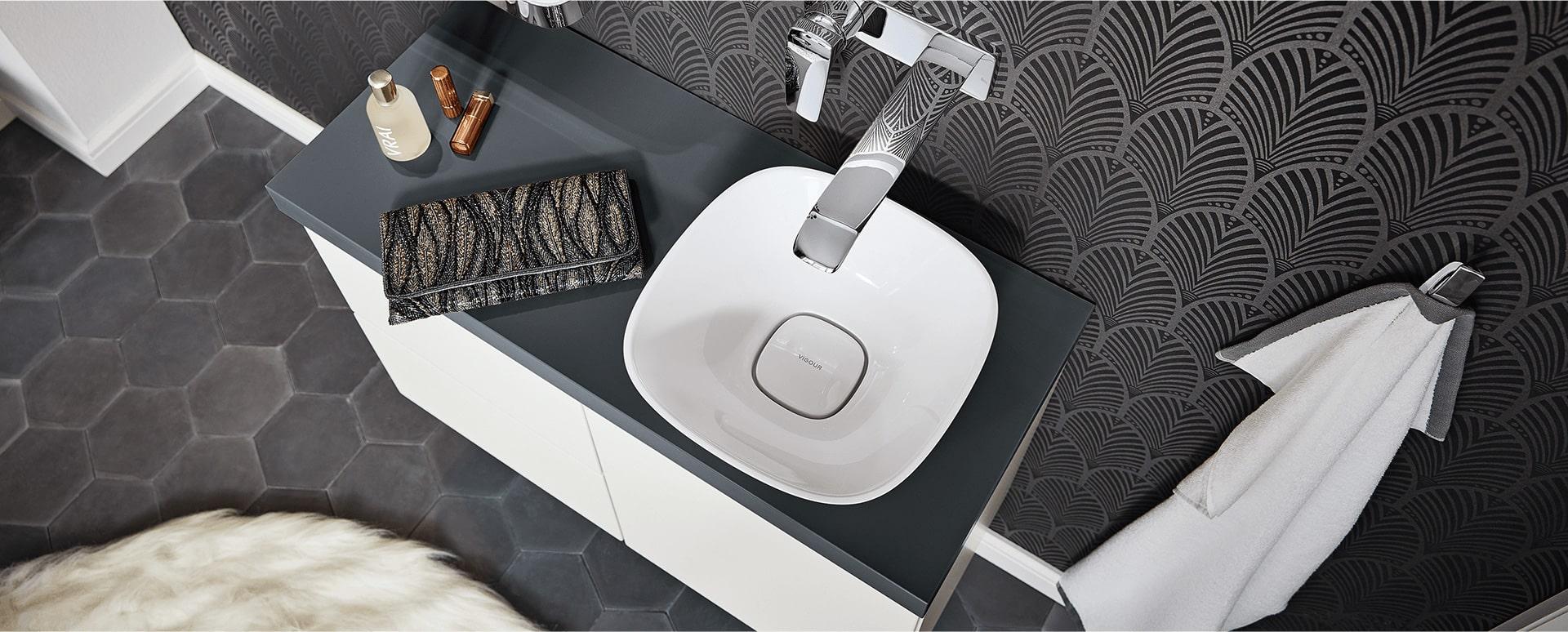Bild: Waschtisch mit Armatur im Bad